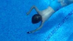Enfant qui va chercher un objet au fond de l'eau.jpg