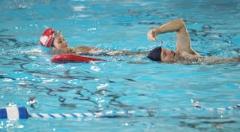 Enfant qui nage sur le dos.jpg